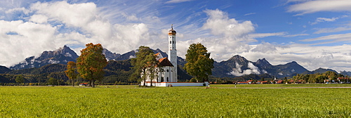 Idyllic view of the baroque church of St. Coloman near Schwangau with the Tannheimer mountains in the  background, Bavaria, Germany