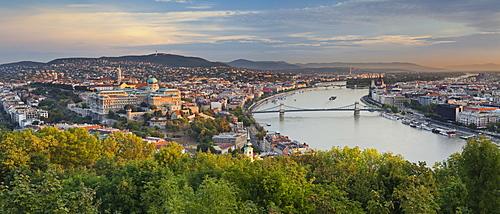 View from the citadel von der Zitadelle, Burgpalast, Kettenbruecke, Donau, Budapest, Ungarn