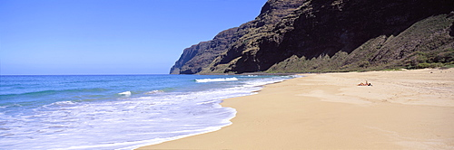 Hawaii, Kauai, Polihale Beach Panoramic View With Few Visitors Sunbathing Distance C1544
