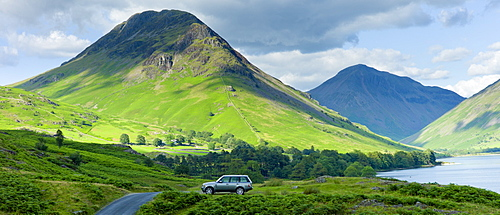 Range Rover 4x4 vehicle by Wasdale Fell and Wastwater in the Lake District National Park, Cumbria, UK