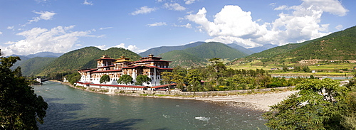 Punakha Dzong located at the junction of the Mo Chhu (Mother River) and Pho Chhu (Father River) in the Punakha Valley, Bhutan, Himalayas, Asia