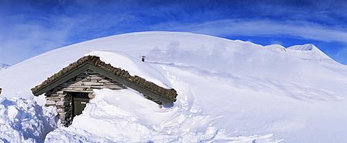 Stone hut below Mount Smiubelgen, 2016 m, Peer Gynt-hytta 2005, Rondane National Park, Oppland, Norway, Scandinavia, Europe