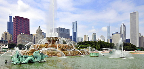 Buckingham Fountain, Grant Park, skyline with Willis Tower at the back, formerly named Sears Tower, CNA Center, Legacy at Millennium Park Building, Two Prudential Plaza, Smurfit-Stone Building, Metropolitan Tower, Aon Center, Chicago, Illinois, United Sta