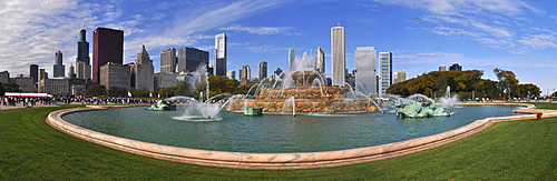 Buckingham Fountain and skyline, Chicago, Illinois, USA, America