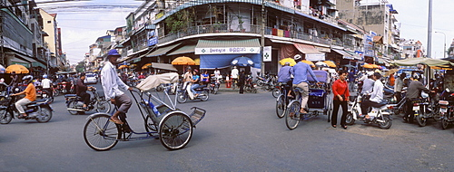 Rickshaw driver on the Psar Chas market, Phnom Penh, Cambodia, Indochina, Southeast Asia