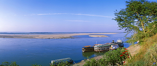 River steamer on the Ayeyarwady River, Irrawaddy, Bagan, Pagan, Burma, Myanmar, Asia