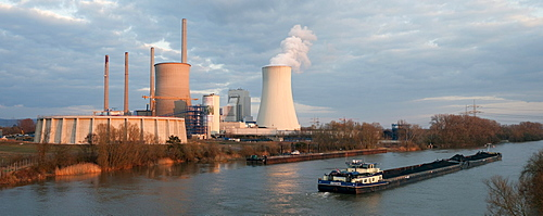 Freighter in front of the Staudinger coal-fired power plant, energy company EON, at the river Main, Grosskrotzenburg, Hesse, Germany