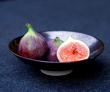 Figs in bowl / (Ficus carica)