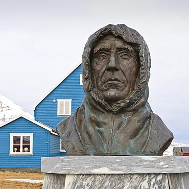 Statue of Roald Amundsen, Ny Alesund, Spitsbergen (Svalbard), Arctic, Norway, Scandinavia, Europe