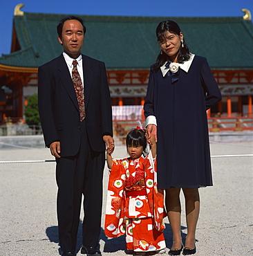 Girl and parents at Shichi-go-san (3-5-7) festival, Heian-jingu Shrine, Kyoto, Kansai, Japan, Asia