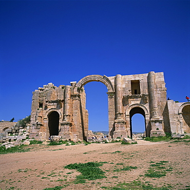 Hadrian's Arch, dating from 129 AD, built to commemorate visit of the emperor Hadrian, Jerash, one of the ancient Roman cities of the Decapolis, Jerash, Jordan, Middle East