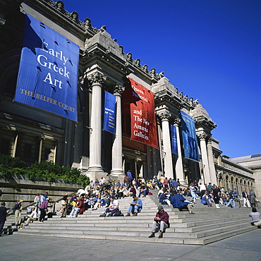 Tourists on the steps of Metropolitan Museum of Art on Fifth Avenue by Central Park, opened 1880, with 1902 facade by Richard Hunt, in New York, United States of America, North America