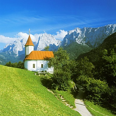 Chapel of St Antonius in Kaisertal valley in front of Wilder Kaiser mountains with Totenkirchl and Kleiner Halt Tyrol Austria