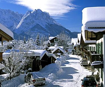 "Spring Road (""Fruehlingsstrasse"") in wintertime, Wetterstein Range and the Zugspitze, Germany's highest mountain, Garmisch-Partenkirchen, Upper Bavaria, Bavaria, Germany, Europe"