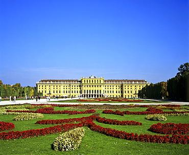 Park at Schloss Schoenbrunn (Schoenbrunn Castle), Vienna, Austria, Europe