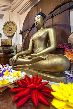 Statue of sitting Buddha, Temple of the Sacred Tooth Relic, Kandy, UNESCO World Heritage Site, Sri Lanka, Asia