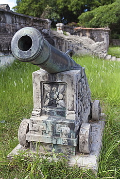 An ancient cannon in the grounds of the Imperial Citadel, UNESCO World Heritage Site, Hue, Vietnam, Indochina, Southeast Asia, Asia