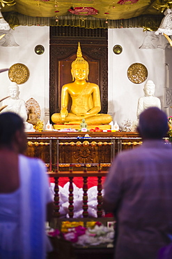 Pilgrims praying at the Temple of the Sacred Tooth Relic (Temple of the Tooth) (Sri Dalada Maligawa) in Kandy, Sri Lanka, Asia