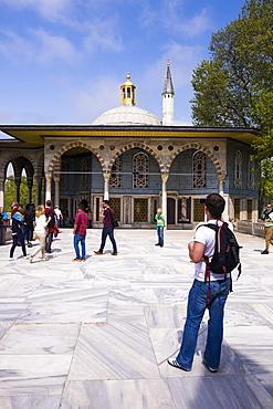 Tourists sightseeing at Topkapi Palace, UNESCO World Heritage Site, Istanbul, Turkey, Europe