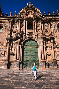 Tourist sightseeing at Cusco Cathedral Basilica of the Assumption of the Virgin, Plaza de Armas, UNESCO World Heritage Site, Cusco (Cuzco), Cusco Region, Peru, South America