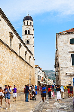 Tourists on Stradun and the Franciscan Monastery, Dubrovnik Old Town, UNESCO World Heritage Site, Dubrovnik, Croatia, Europe