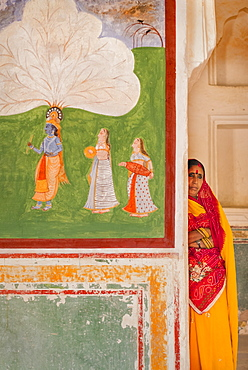 Hindu woman by artwork at Amber Fort in Jaipur, Rajasthan, India, Asia