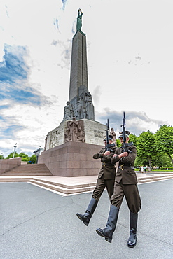 The changing of the guard at the Monument of Freedom, Riga, Latvia, Europe