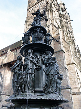 Fountain of virtue, Tugendbrunnen and St. Lorenz church, Lorenz Square, Nuremberg, Middle Franconia, Bavaria, Germany