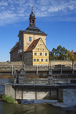 Rapids of the left branch of the Regnitz river with Altes Rathaus city hall building, Bamberg, Franconia, Bavaria, Germany