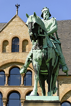 Statue of German Emperor Barbarossa in front of the Imperial Palace of Goslar, Harz, Lower-Saxony, Germany, Europe