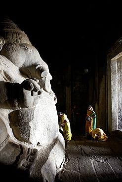 Visitors praying to monolithic Ganesha, Kadalekalu Ganesha temple, Hemakuta Hill, Hampi, Karnataka, India