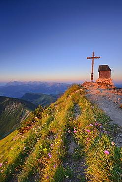 Chapel and cross summit of mount Geigelstein, Kaiser range in background, Chiemgau Alps, Chiemgau, Upper Bavaria, Bavaria, Germany