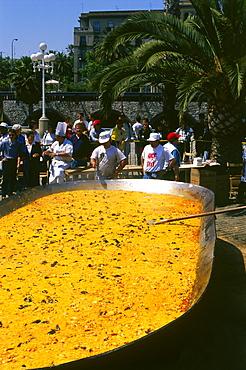 Giant-Fideua (noodel paella),1. May,Passeig de Colom,Barcelona,Catalonia,Spain