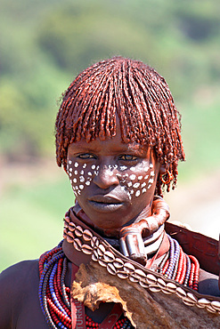 Ethiopia; Southern Nations Region; southern Ethiopian highlands; Kolcho village on the Omo River; young Hamer woman with typical curly hairstyle and jewelry; First wife, recognizable by the massive choker with ornament