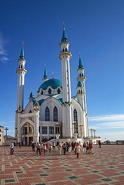 Tour group in front of the Kul Sharif Mosque in the Kazan Kremlin, Kazan, Kazan District, Republic of Tatarstan, Russia, Europe