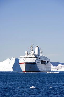 Cruise ship MS Deutschland and icebergs from Ilulissat Kangerlua Icefjord, Ilulissat (Jakobshavn), Disko Bay, Kitaa, Greenland