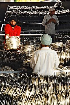 Golden Temple, Sikhs washing the dishes, Sikh holy place, Amritsar, Punjab, India, Asia