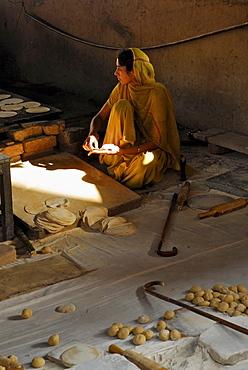 Golden Temple, Sikh woman preparing chapatis, Sikh holy place, Amritsar, Punjab, India, Asia