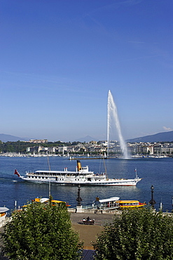 Excursion boat and Jet d'Eau (one of the largest fountains in the world), Lake Geneva, Geneva, Canton of Geneva, Switzerland
