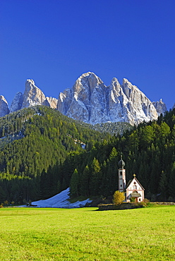 Church St. Johann beneath Geislerspitzen range, Dolomites, valley Villnoesser Tal, Villnoess, South Tyrol, Italy
