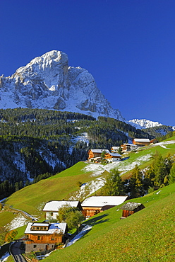 South Tyrolean farmhouses beneath Peitlerkofel, valley Gadertal, Dolomites, South Tyrol, Italy
