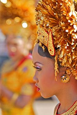 Girl wearing a balinese costume, Klunkung, Bali, Indonesia, Asia