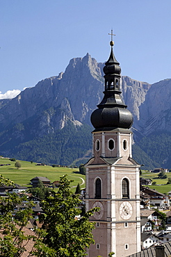 Kastelruth with the parish church of St Peter and Paul, Kastelruth, Castelrotto, Schlern, South Tyrol, Italy