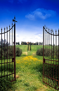 View through a garden gate at a country house, Val d´Orcia, Tuscany, Italy, Europe