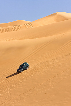 jeep in sandy desert, Libya, Sahara, North Africa