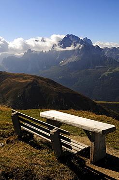 Wooden bench, Karnischer Hoehenweg, Zwoelferkofel, Val Pusteria, Dolomites, South Tyrol, Italy, Europe