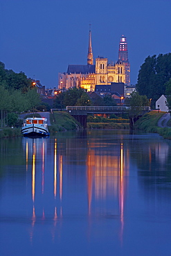 View from the Canal de la Somme onto Notre-Dame cathedral in the evening, Amiens, Dept. Somme, Picardie, France, Europe