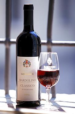 Wine Bardolino, Flasche und Glas, Gardasee, Trentino Italien