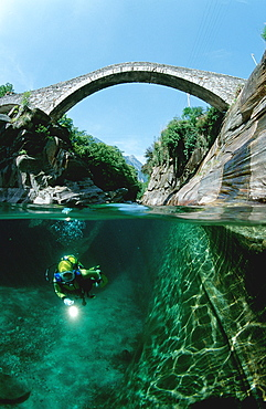 Flusstauchen in der Verzasca, Scubadiving in a fre, Scubadiving in a freshwater river