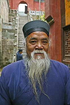 Elderly bearded Taoist monk, Village of Wudang Shan, Mount Wudang, Taoist mountain, Hubei province, UNESCO world cultural heritage site, birthplace of Tai chi, China